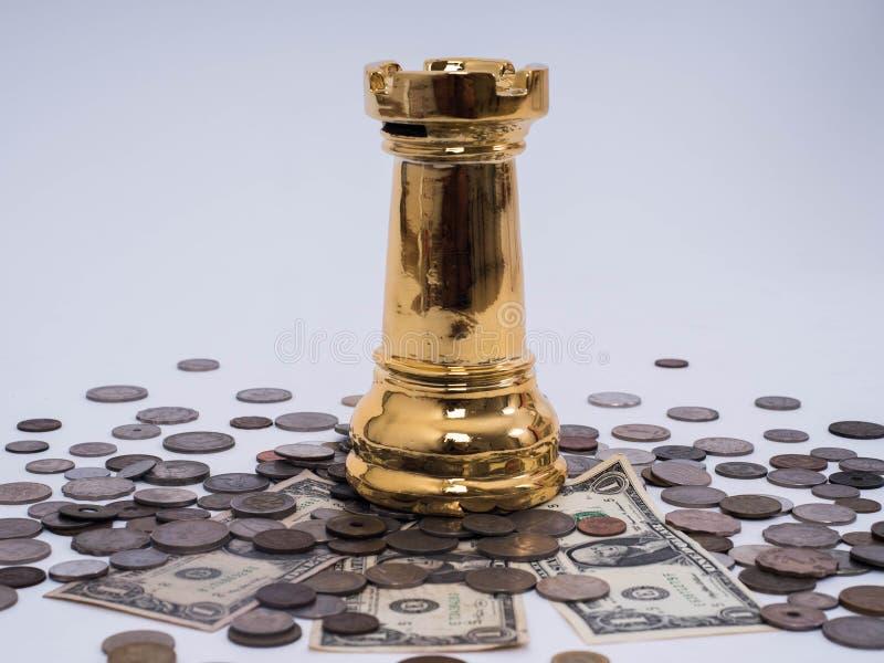 Bedrijfssuccesconcept, Dollarbankbiljetten en Vreemde valutamuntstukken met schaaksymbool van de leider stock afbeelding