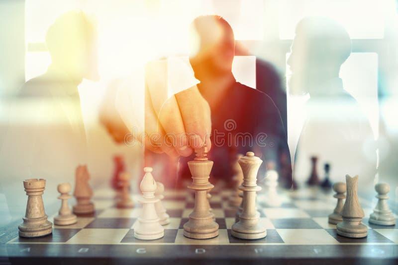 Bedrijfstactiek met schaakspel en zakenlieden dat in bureau samenwerken Concept groepswerk, vennootschap en royalty-vrije stock foto's