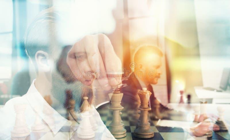 Bedrijfstactiek met schaakspel en zakenlieden dat in bureau samenwerken Concept groepswerk, vennootschap en stock afbeelding
