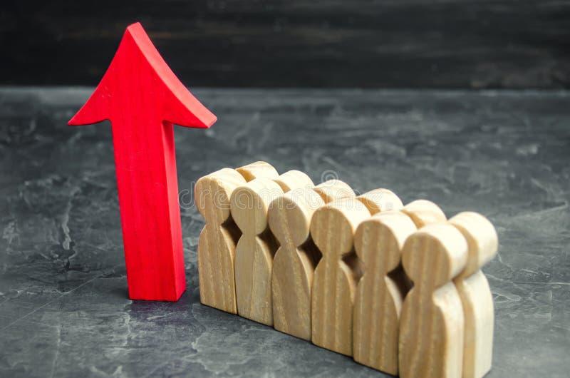 Bedrijfsteam en rood op pijl dichtbij de werknemers Het concept een opstarten De succesvolle bedrijfsgroei Kwalificatie en royalty-vrije stock afbeeldingen