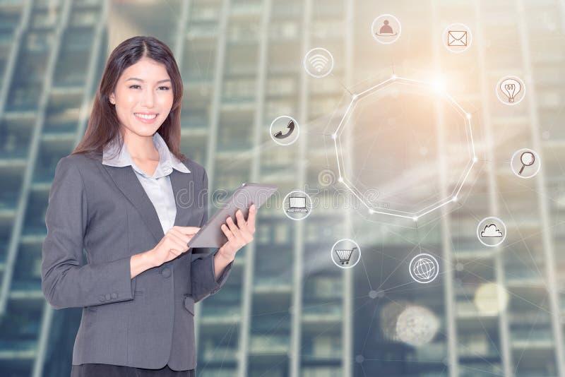 Bedrijfstechnologieconcept - Onderneemster die slimme telefoon met behulp van om globale netwerk bedrijfsvennootschapverbinding t royalty-vrije stock foto's