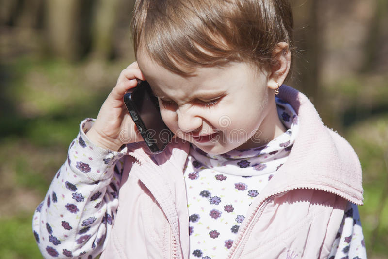 Bedrijfstelefoongesprek Mooi bedrijfskindmeisje s royalty-vrije stock afbeeldingen
