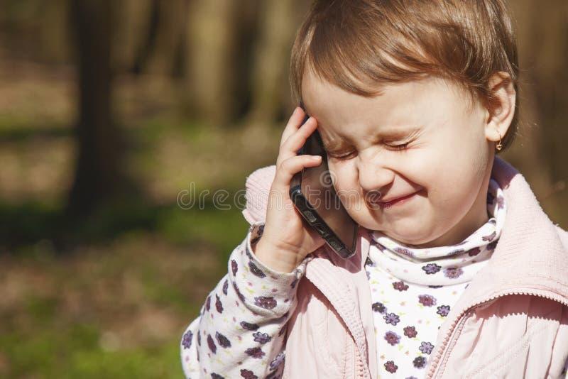 Bedrijfstelefoongesprek Mooi bedrijfskindmeisje s royalty-vrije stock afbeelding