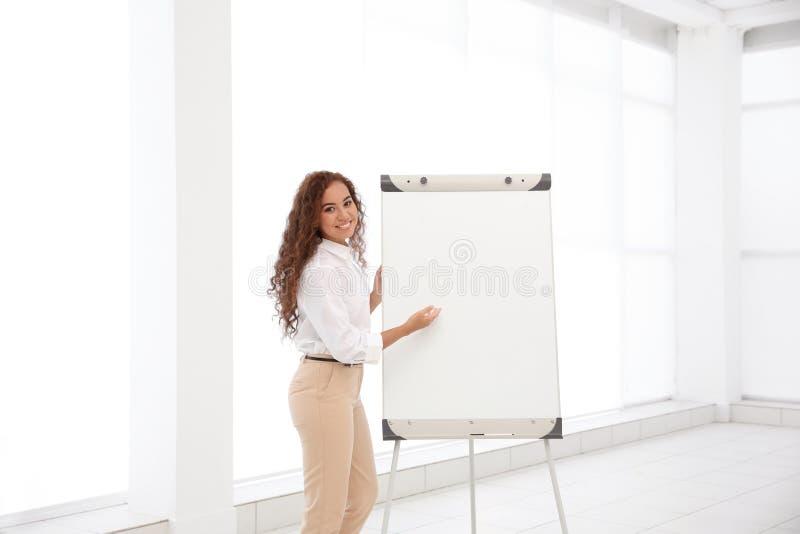 Bedrijfstrainer die presentatie geven stock afbeeldingen