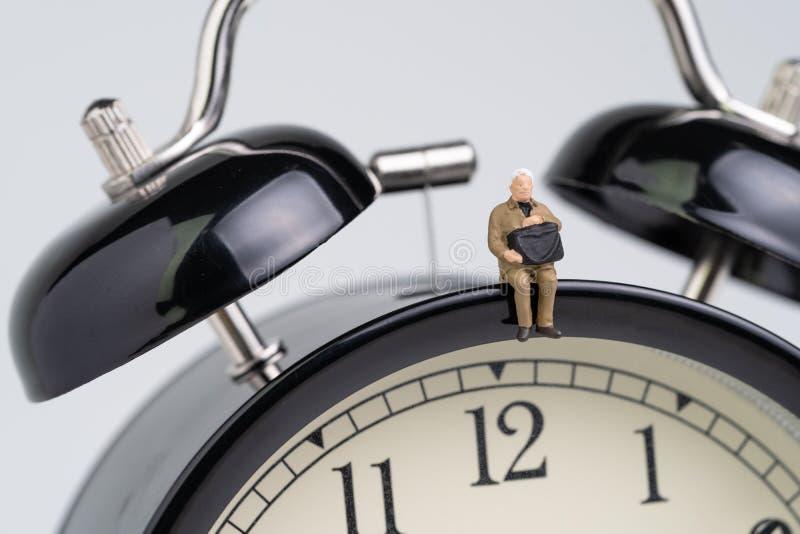 Bedrijfsuiterste termijn, tijdopnemer of tijd het tellen onderaan concept, de miniatuurzitting van de de holdingskoffer van de bu stock afbeelding