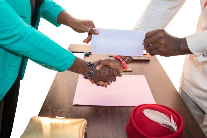 Bedrijfsuitwisseling in Afrika: Duidelijke Envelop royalty-vrije stock fotografie