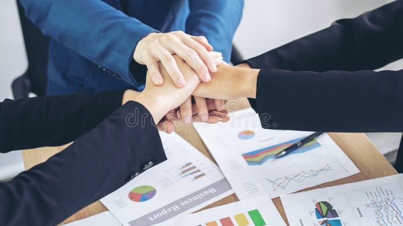 Bedrijfsvennootschapmensen die handen stapelen die omhoog eindigen samenkomend tonend eenheid royalty-vrije stock afbeeldingen