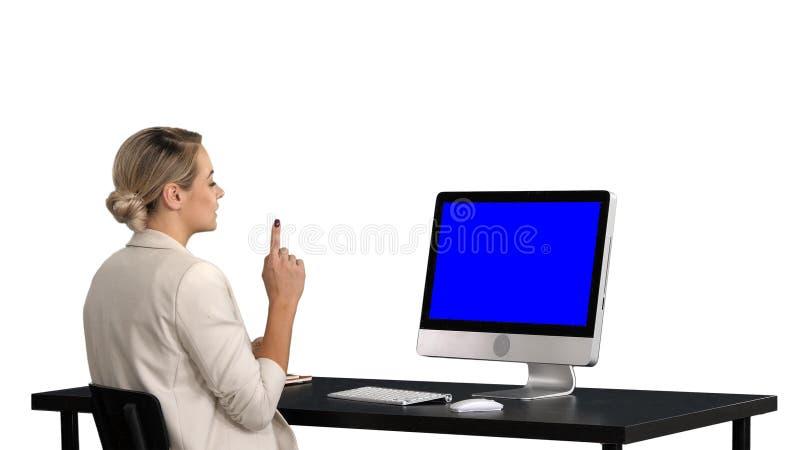Bedrijfsvideogesprek, onderneemster die videoconferentie, witte achtergrond hebben Blue Screen-Prototypevertoning stock foto's