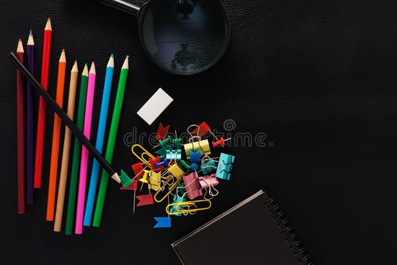 Bedrijfsvoorwerpen van kleurrijke potloden, document nota, het overdrijven glas stock fotografie