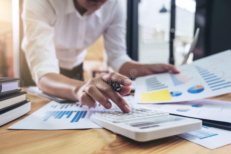 Bedrijfsvrouw of accountant die Financiële investering werken aan cal stock afbeeldingen