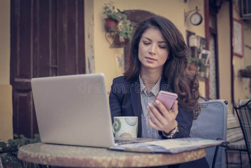 Bedrijfsvrouw bij koffie Jonge Vrouw 15 royalty-vrije stock foto