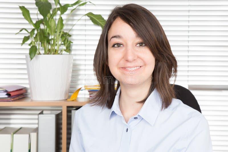 Bedrijfsvrouw in bureau op werkende plaats stock afbeeldingen