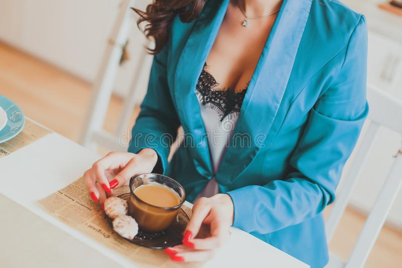 Bedrijfsvrouw in de ochtend in de keuken royalty-vrije stock foto's