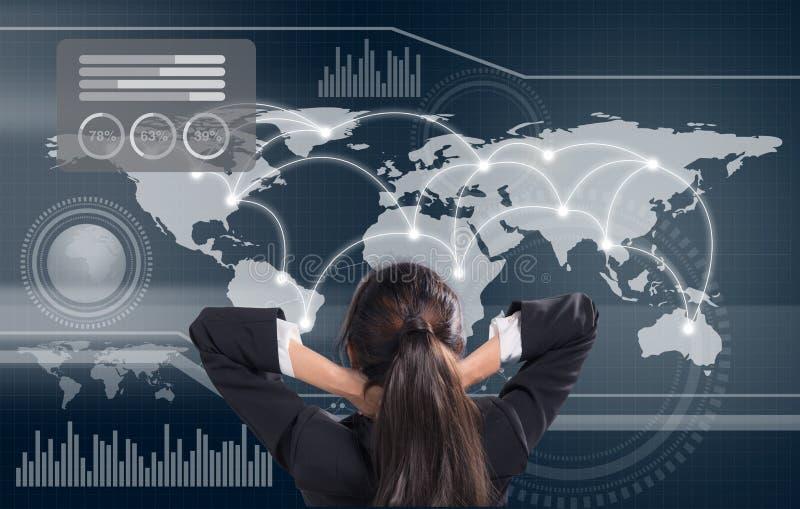 Bedrijfsvrouw die één of andere grafiek bekijken - grafieken en berekeningen op grafisch stock foto