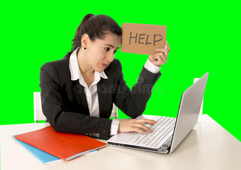 Bedrijfsvrouw die aan haar laptop werken die een hulpteken houden die op groene chromasleutel wordt geïsoleerd stock afbeelding