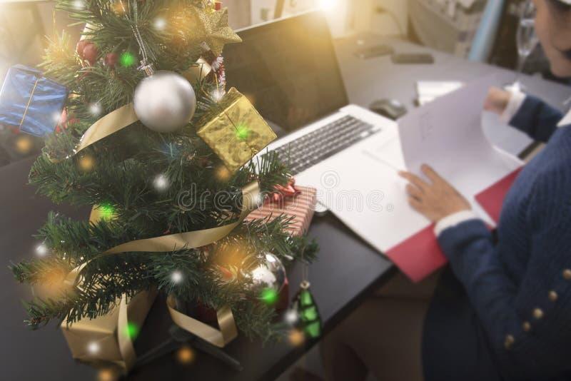 Bedrijfsvrouw die aan Kerstmis van het het conceptenbureau van het bureaubureau werken royalty-vrije stock afbeelding