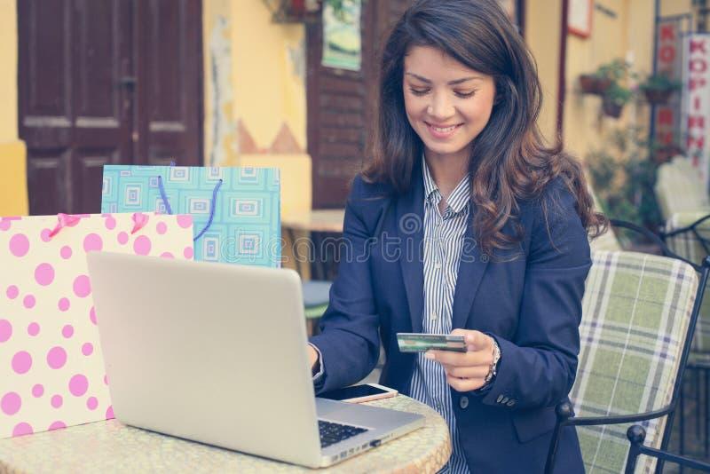 Bedrijfsvrouw die aan laptop buiten werken stock foto's