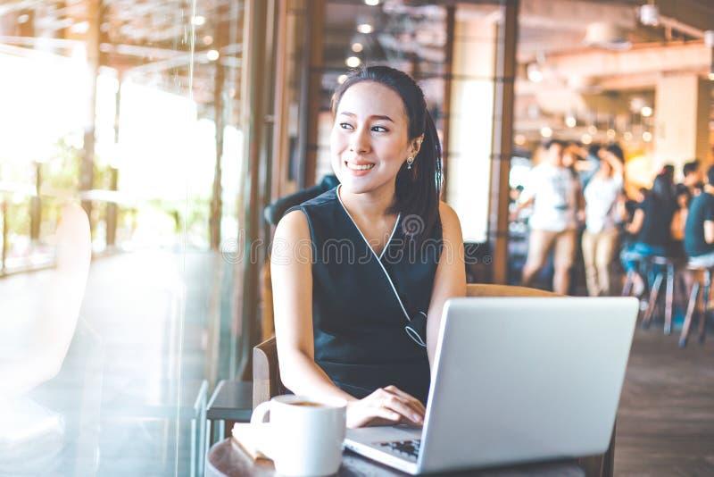 Bedrijfsvrouw die aan laptop in het bureau werken royalty-vrije stock fotografie
