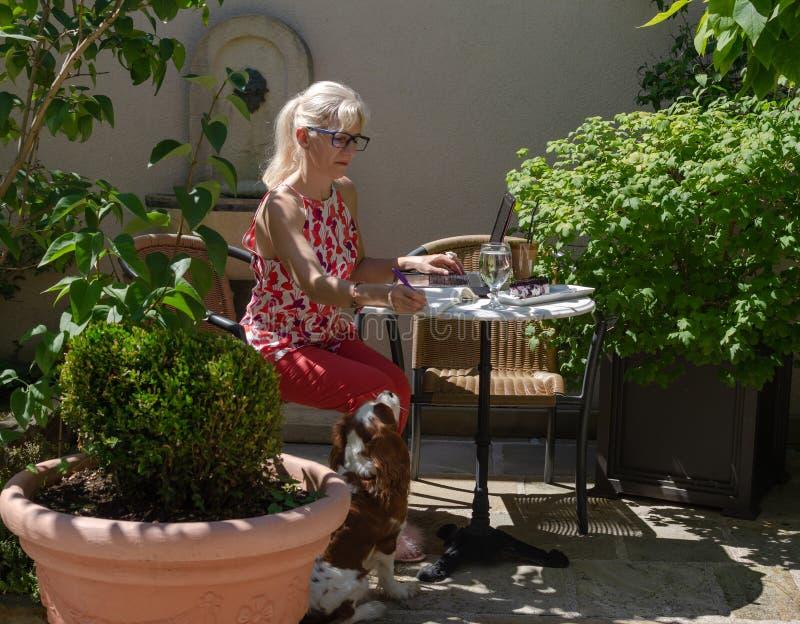 Bedrijfsvrouw die aan vakantie werken royalty-vrije stock foto's