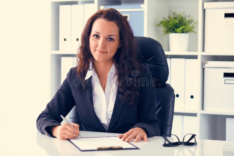Bedrijfsvrouw die achter het bureau werken royalty-vrije stock afbeelding