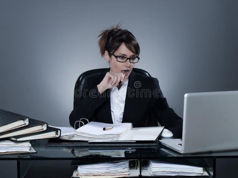 Bedrijfsvrouw die bezige gegevensverwerkingslaptop computer werken stock afbeeldingen