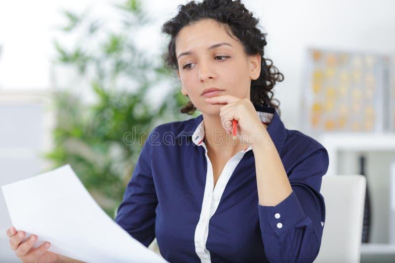 Bedrijfsvrouw die bij bureau werken stock afbeeldingen