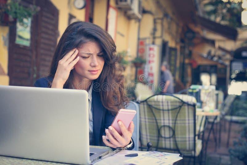 Bedrijfsvrouw die bij Koffie werken stock fotografie