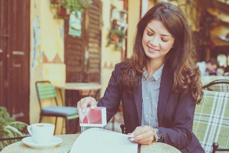 Bedrijfsvrouw die bij Koffie werken royalty-vrije stock fotografie