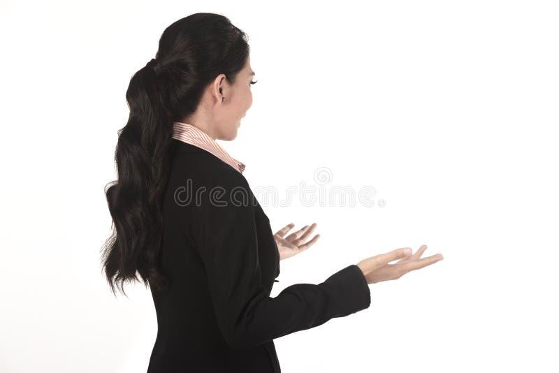 Bedrijfsvrouw die die lezing geven erachter wordt genomen van royalty-vrije stock foto