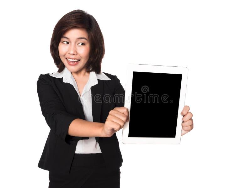 Bedrijfsvrouw die digitale PC gelukkig geïsoleerd o met behulp van van de tabletcomputer stock afbeeldingen