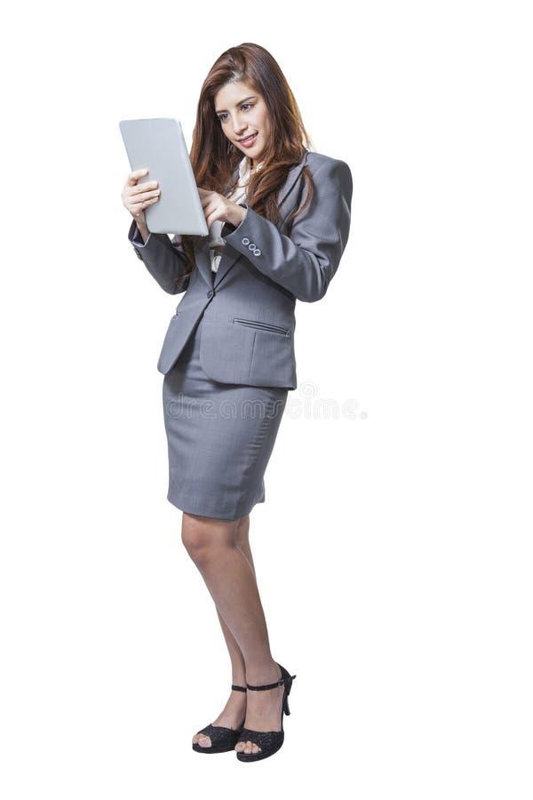 Bedrijfsvrouw die digitale PC van de tabletcomputer met behulp van stock foto
