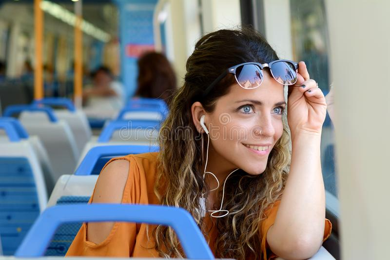 Bedrijfsvrouw die door trein reizen stock fotografie
