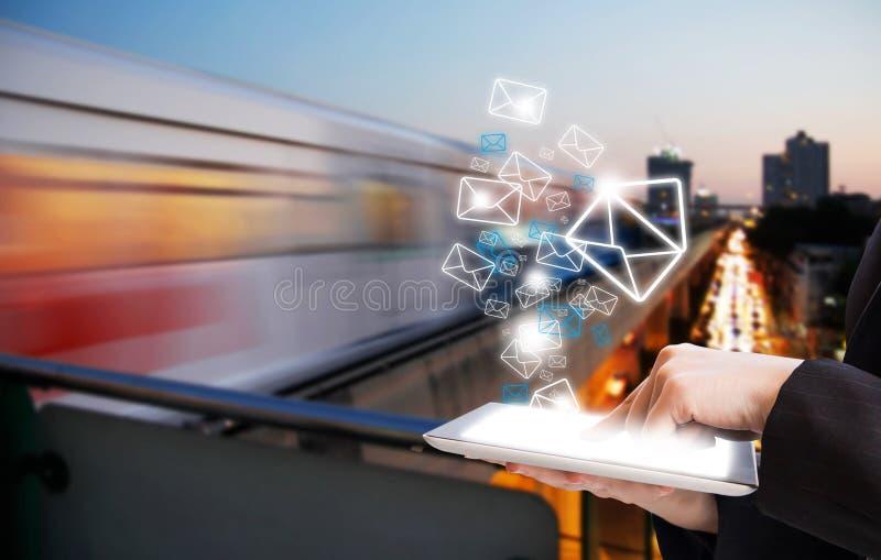 Bedrijfsvrouw die e-mail marketing verzenden royalty-vrije stock foto