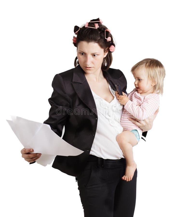 Bedrijfsvrouw die een baby houden. Geïsoleerd over wit royalty-vrije stock afbeelding