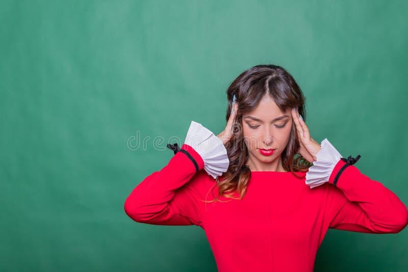 Bedrijfsvrouw die een hoofdpijn hebben Spanning en depressie Gezondheid en Pijn Beklemtoonde Uitgeputte Jonge Vrouw die Sterk heb royalty-vrije stock foto