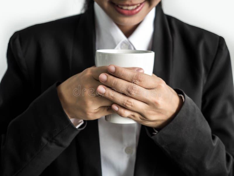 Bedrijfsvrouw die een kop van koffie in zijn hand houden royalty-vrije stock foto