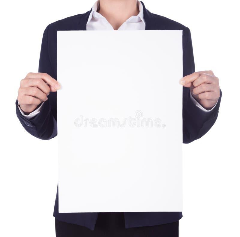 Bedrijfsvrouw die een leeg die document blad houden op wit wordt geïsoleerd royalty-vrije stock afbeeldingen