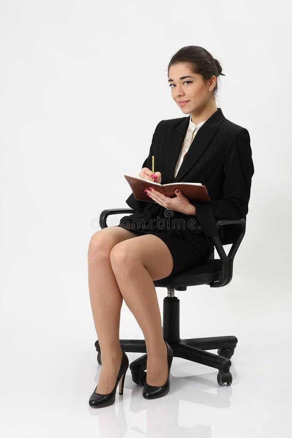Download Bedrijfsvrouw Die In Een Notitieboekje Schrijven Stock Afbeelding - Afbeelding bestaande uit manier, gezicht: 39110159