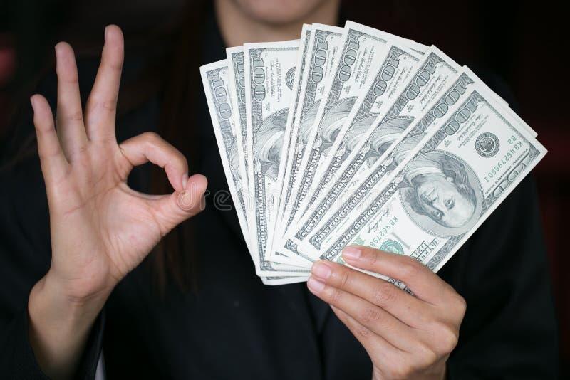 Bedrijfsvrouw die een verspreiding van contant geld over, zakgeld of winst van zakelijke bewerkingenconcept tonen royalty-vrije stock foto