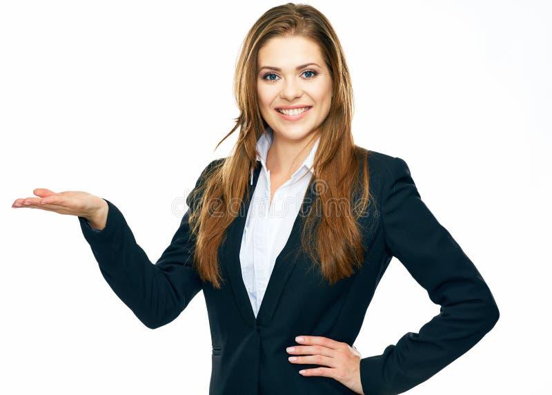 Bedrijfsvrouw die exemplaarruimte voor product tonen of te adverteren royalty-vrije stock afbeelding