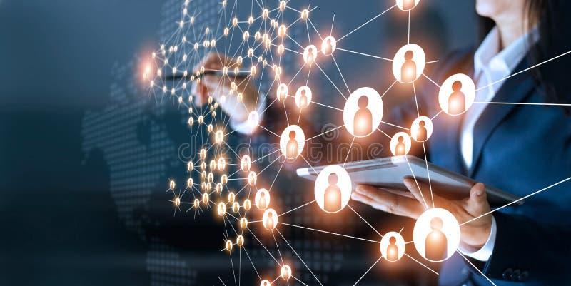 Bedrijfsvrouw die globaal structuurvoorzien van een netwerk trekken stock foto's