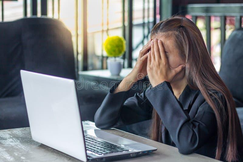 Bedrijfsvrouw die Hoofdpijn hebben terwijl het Werken Gebruikend Laptop Comput stock fotografie