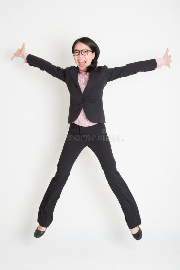Bedrijfsvrouw die hoog in de lucht springen stock afbeeldingen