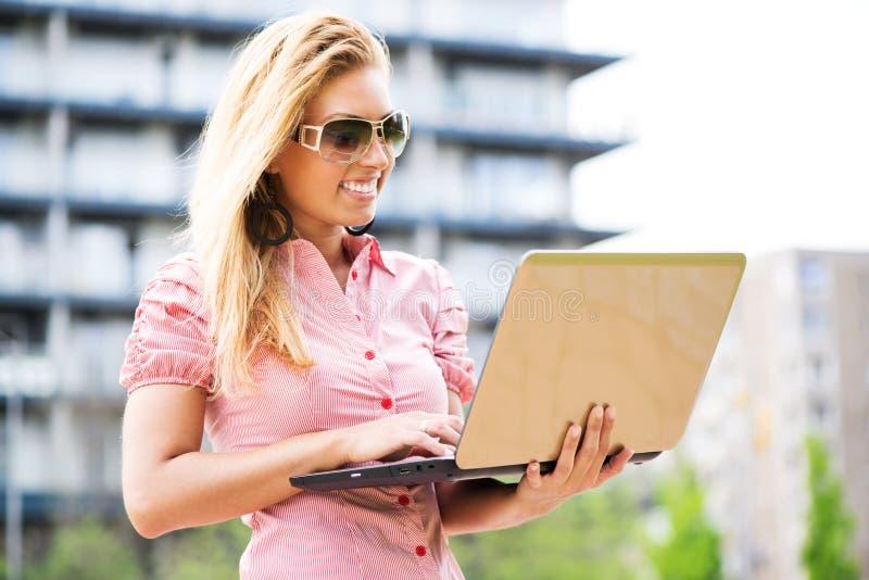 Bedrijfsvrouw die laptop met behulp van royalty-vrije stock afbeeldingen