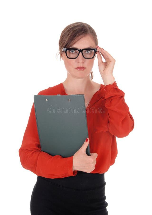 Bedrijfsvrouw die met glazen omslag houden stock afbeelding