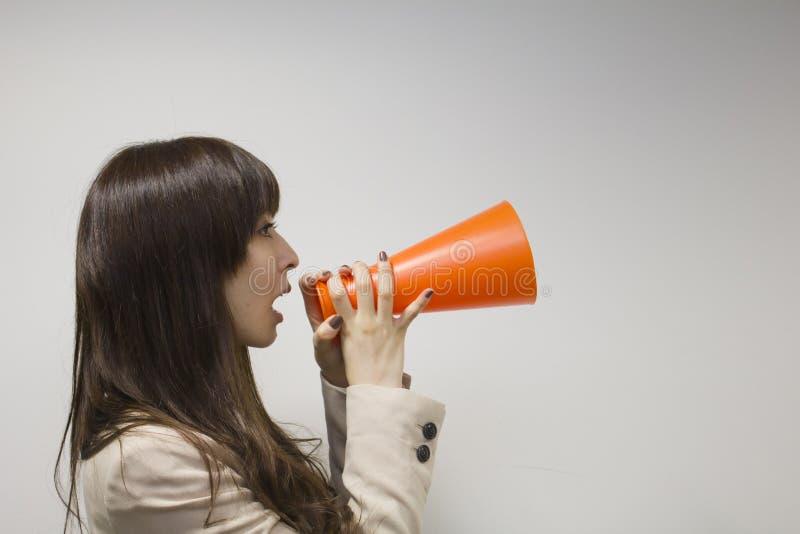 Bedrijfsvrouw die met megafoon toejuichen royalty-vrije stock foto's