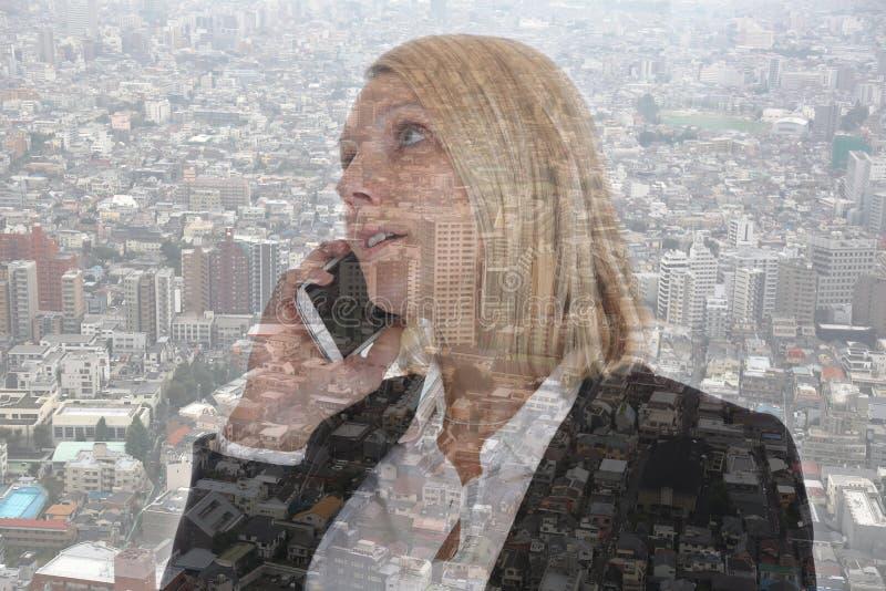Bedrijfsvrouw die met smartphone onderneemstertelefoon D roepen stock foto's