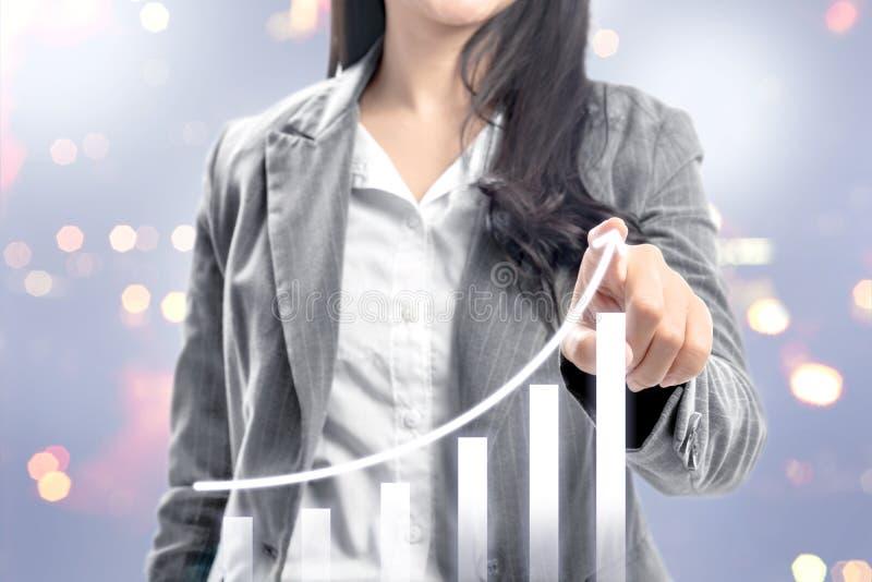 Bedrijfsvrouw die met vingers het groeien 3D grafiek trekken op het virtuele scherm stock foto