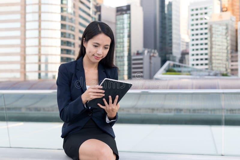 Bedrijfsvrouw die mobiele telefoon in de stad met behulp van royalty-vrije stock afbeeldingen