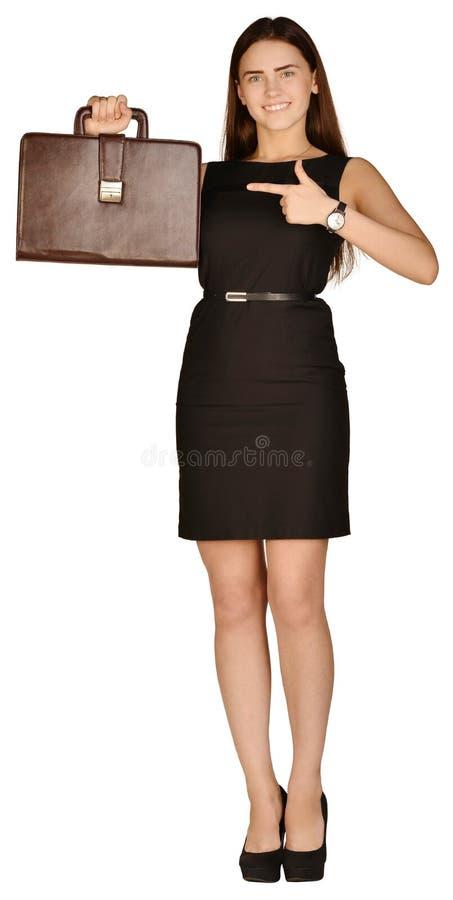 Bedrijfsvrouw die op de aktentas richten Geïsoleerde stock foto's